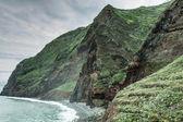 Uitzicht op de prachtige bergen en de oceaan op de noordelijke kust in de buurt van boaventura, eiland madeira, portugal — Stockfoto