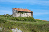 Medieval castle tower and Church of San Vicente de la Barquera, Cantabria, Spain — ストック写真