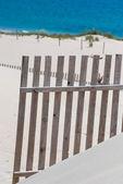 деревянные заборы на пустынный пляж дюны в тарифе, испания — Стоковое фото