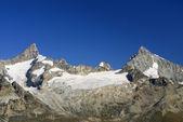 высокие горы под снегом зимой — Стоковое фото