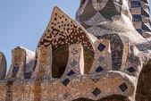 Casa de mosaico de conto de fadas Barcelona park guell na entrada — Fotografia Stock