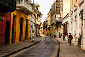 Typical street scene in Cartagena, Colombia of a street with old — 图库照片