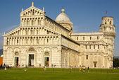 Pisa kathedrale quadratisch mit grünem gras auf einer wiese und klare blu — Stockfoto