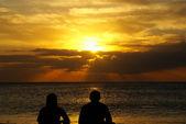 Couple de retraités heureux sur la plage — Photo