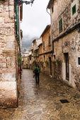 Mallorca-valldemossa-typisches dorf mit blumentöpfe in fassaden — Stockfoto