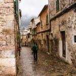 Majorca Valldemossa typical village with flower pots in facades — Stock Photo