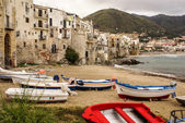 Sicilian fishing boat on the beach in Cefalu, Sicily — Stockfoto