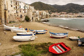 Sicilian fishing boat on the beach in Cefalu, Sicily — Stock Photo