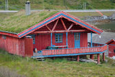 Villaggio tipico di pescatori norvegesi con rorbu rosso tradizionale capanna — Foto Stock