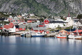 Typical Norwegian fishing village with traditional red rorbu hut — Stock fotografie