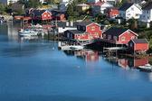 Cabañas de pesca de madera roja y amarilla en noruega — Foto de Stock