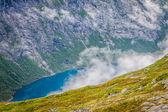 Bela paisagem norueguesa com montanhas no caminho para t — Fotografia Stock