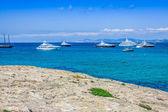 Luxus-yachten in türkis strand von illetes formentera — Stockfoto