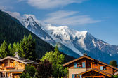Prachtige houten chalet in chamonix, frankrijk, mont blanc op een zonnige — Stockfoto