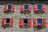 Maison de campagne traditionnelle dans les Alpes Suisse — Photo