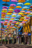 马德里,西班牙 2014 年 7 月 25 日,街头装饰着彩色的雨伞 — 图库照片