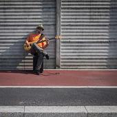Jonge musicus basgitaar spelen — Stockfoto