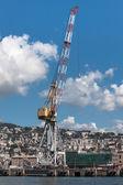Grote kraan in de haven van genua, italië — Stockfoto