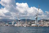 Grote wolken boven de haven van genua, italië — Stockfoto