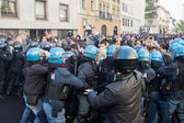 Secondary school students clash with police in Milan, Italy — Stock Photo