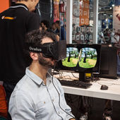 Guy with virtual reality headset at Games Week 2013 in Milan, Italy — Stock Photo