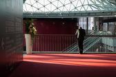 Uomo d'affari nella press area all'eicma 2013 a Milano, Italia — Foto Stock