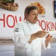 Chef showing his creation at Golosaria 2013 in Milan, Italy — Stock Photo