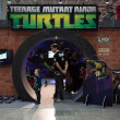 Постер, плакат: Ninja turtles stand at G come giocare in Milan Italy