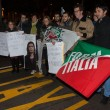 Young Forza Italia supporters protesting nearby La Scala opera house in Milan, Italy — Stock Photo