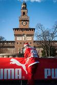 Bijna 10.000 santas nemen deel aan de babbo uitgevoerd in Milaan, Italië — Stockfoto