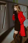 Linda garota posando com casaco vermelho — Fotografia Stock