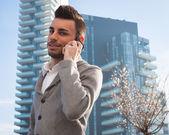Portrait d'un beau jeune homme parler téléphone — Photo