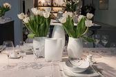 Tafelgerei en bloemen op display op homi, huis internationale show in Milaan, Italië — Stockfoto