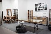 Houten tafels en planken op display op homi, huis internationale show in milaan, italië — Stockfoto