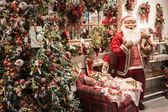 Santa a vánoční stromy na displej v homi, domácí mezinárodní výstavě v miláně, itálie — Stock fotografie