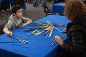 Young boy plays shanghai at Festival del Fumetto convention in Milan, Italy — Foto Stock