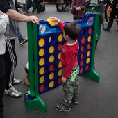 Young boy plays connect 4 at Festival del Fumetto convention in Milan, Italy — Stok fotoğraf