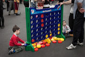 Young boys play connect 4 at Festival del Fumetto convention in Milan, Italy — Foto de Stock
