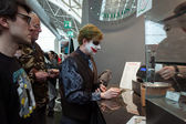 Cosplayer paying for his food at Festival del Fumetto convention in Milan, Italy — Stockfoto