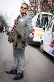 Armani defileler milan kadın moda haftası 2014 bina dışındaki kişiler — Stok fotoğraf