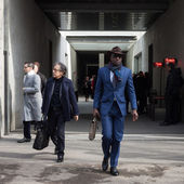 People outside Armani fashion shows building for Milan Women's Fashion Week 2014 — Stock Photo
