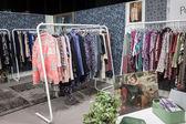 Šaty na displeji na veletrhu mipap v Miláně, Itálie — Stock fotografie
