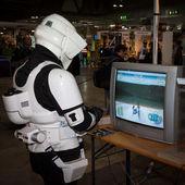 Guy playing video game at Cartoomics 2014 in Milan, Italy — Stock Photo