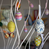 Colorful Easter eggs hanging on branches — Stockfoto