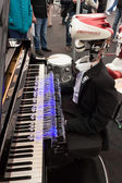 Robot playing piano at Robot and Makers Show — ストック写真