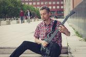 Man kurz kurzarm spielt e-gitarre — Stockfoto