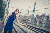 Pretty girl hitchhiking along the tracks  — Stockfoto