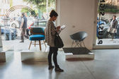 Gente en el espacio de ventura lambrate durante la semana del diseño de milán — Foto de Stock