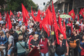 People taking part in the Liberation Day parade in Milan — Stock Photo