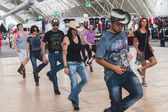 People dancing at Rocking the Park event in Milan, Italy — Stock Photo